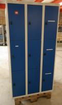 Garderobeskap i stål fra AJ Produkter, 9 rom / 3 høyder, lysegrått med blå dører, bredde 90cm, høyde 174cm, pent brukt