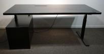 Skrivebord med elektrisk hevsenk fra Horreds i sort, skap på v.s., 180x80cm, noe vannringer i plate