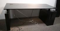 Skrivebord med elektrisk hevsenk fra Horreds i sort, skap på v.s., 180x80cm, pent brukt