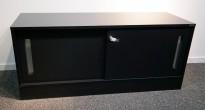 Lavt skap med skyvedører i sortlakkert eikefiner fra Horreds, bredde 120cm, høyde 53cm, pent brukt