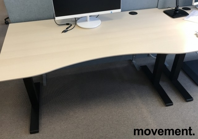 Skrivebord elektrisk hevsenk, Kinnarps, eik laminat bordplate, sort understell, 160x90cm, 127maxh, pent brukt bilde 2