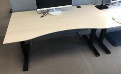 Skrivebord elektrisk hevsenk, Kinnarps, eik laminat bordplate, sort understell, 160x90cm, 127maxh, pent brukt
