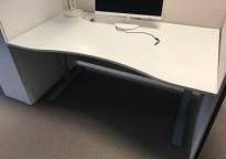 Skrivebord fra Kinnarps, hvit bordplate, grått understell, 160x90cm med magebue, pent brukt
