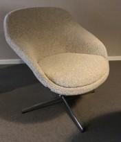 Loungestol fra Materia, modell Pax, kryssfot i krom, beige stofftrekk, pent brukt