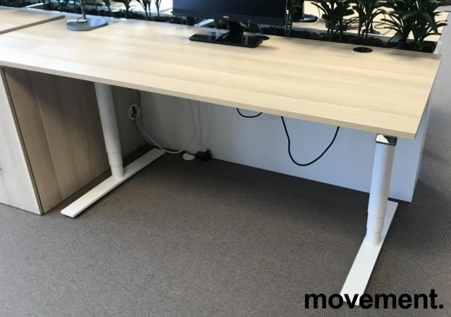 Skrivebord med elektrisk hevsenk, Kinnarps Oberon, eik laminat bordplate, hvitt understell, 160x80cm, pent brukt bilde 1