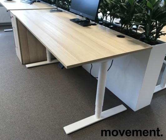 Skrivebord med elektrisk hevsenk, Kinnarps Oberon, eik laminat bordplate, hvitt understell, 160x80cm, pent brukt bilde 3