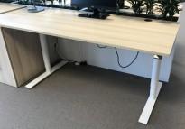 Skrivebord med elektrisk hevsenk, Kinnarps Oberon, eik laminat bordplate, hvitt understell, 160x80cm, pent brukt
