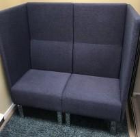 Kompakt 120cm loungesofa i blått fra Materia, Modell: Monolite, 2seter sofa, design: Sandin & Bülow, pent brukt