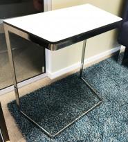 Lite sidebord / loungebord / kaffebord i hvitt/krom fra Martela, modell Monolite, 66cm høyde, pent brukt