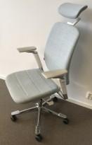 Kontorstol fra Kinnarps: Modell Capella i lyseblått stoff, høy rygg, hvite/grå armlener, nakkepute, krom kryss, pent brukt