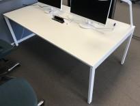 Hvitt møtebord/arbeidsbord fra Kinnarps med kabelluke i midten, 200x100cm, passer 6-8pers, pent brukt