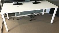 Hvitt arbeidsbord med 4 ben fra Kinnarps, 180x80cm, hull til kabler, pent brukt