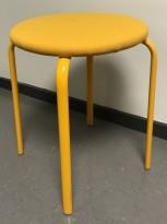 Liten sittekrakk i gul farge, Kinnarps modell Frisbee, 46cm sittehøyde, pent brukt KUPPVARE