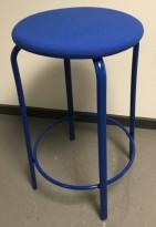 Lav barkrakk i blå farge, Kinnarps modell Frisbee barkrakk, sete i ullstoff,  understell i metall, 63cm sittehøyde, pent brukt