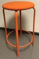 Lav barkrakk i orange farge, Kinnarps modell Frisbee barkrakk, sete i ullstoff,  understell i metall, 63cm sittehøyde, pent brukt
