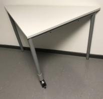 Lite trekantbord i lys grå laminat / grålakkert understell, 80x40x73cm, Kinnarps Origo, pent brukt