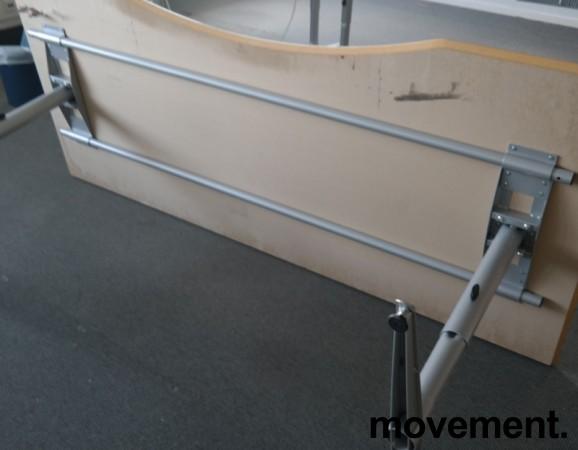 Skrivebord i lys grå HPL, forkant i lakkert MDF fra Edsbyn, 200x90cm, mavebue, pent brukt bilde 4