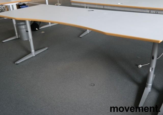 Skrivebord i lys grå HPL, forkant i lakkert MDF fra Edsbyn, 200x90cm, mavebue, pent brukt bilde 1