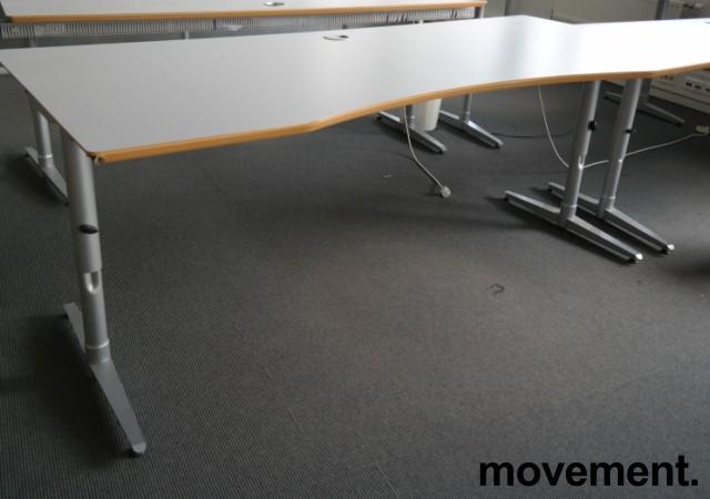 Skrivebord i lys grå HPL, forkant i lakkert MDF fra Edsbyn, 200x90cm, mavebue, pent brukt bilde 2