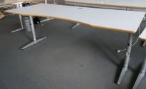 Skrivebord i lys grå HPL, forkant i lakkert MDF fra Edsbyn, 200x90cm, mavebue, pent brukt