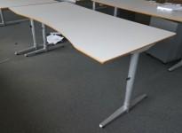 Skrivebord i lys grå HPL, forkant i lakkert MDF fra Edsbyn, 180x90cm, mavebue, pent brukt