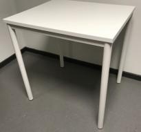 Lite avlastningsbord med plate og understell i hvit farge, 70x60x72,5cm, Kinnarps Origo, pent brukt