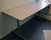 Skrivebord i lys grå HPL, forkant i lakkert MDF fra Edsbyn, 180x70cm, pent brukt