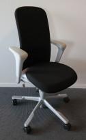HÅG Sofi kontorstol i sort stoff, armlene og høy rygg, grått fotkryss, pent brukt