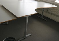 Skrivebord / hjørneskrivebord i lys grå HPL fra Edsbyn, 220x115cm, venstreløsning, pent brukt
