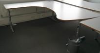 Skrivebord / hjørneskrivebord i lys grå HPL fra Edsbyn, 215x180cm, venstreløsning, pent brukt