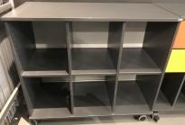 Reol / bokhylle i mørk grå fra Kinnarps Serie-E, 102cm bredde, 48cm dybde, 91cm høyde, pent brukt