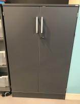 Kinnarps E-serie skap med dører i grått, 3 permhøyder, bredde 80cm, høyde 130,5cm, pent brukt