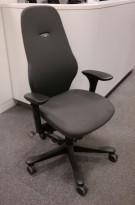Kontorstol: Kinnarps Freefloat 6000 / Plus 6 i mørkt grått stoff, høy rygg, ny armlene, pent brukt