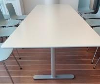 Møtebord i hvitt / grått fra Montana DJOB, 240x80cm, 8-10 personer, pent brukt