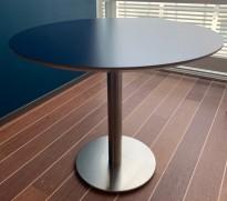 Rundt møtebord fra Zeta Furniture i mørk blå / børstet stål, Ø=90cm, H=73cm, pent brukt