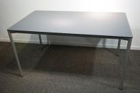 Skrivebord / kantinebord i grått fra Fritz Hansen, modell Ice, 138x79cm, brukt med en del riper