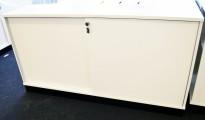 Lavt skap med skyvedører i hvitt fra Ragnars, 160cm b, 85cm h, 2 permhøyder, pent brukt