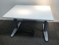 Kinnarps T-serie kompakt elektrisk hevsenk skrivebord 100x80cm i hvitt, pent brukt understell med ny plate