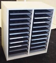 Posthylle / sorteringshylle i hvitt med 20 rom, bredde 64cm, høyde 73cm, for plassering på benk, pent brukt