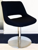 Loungestol fra Martela, Kilta Mini med sort stoff/krom søylefot, Design: Olli Mannermaa, pent brukt