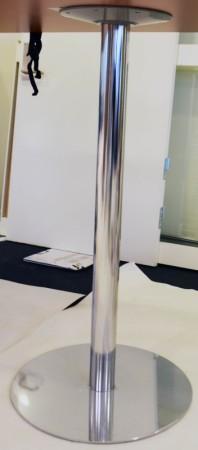 Søyle / søylefot fra Martela i krom for høyt bord, Ø=55 base, H=109,5cm, pent brukt