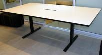 Møtebord fra Ragnars R5 Work.Meeting serie i hvitt/sort, 210x110cm, for 6-8 pers, pent brukt