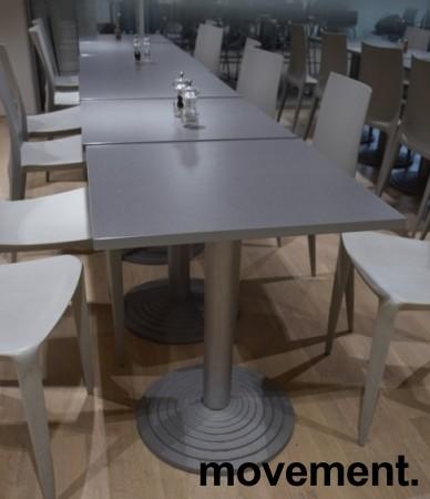 Lite, kvadratisk kantinebord / loungebord, 60x60cm grå laminatplate, grå fot, 73cm høyde, pent brukt bilde 2
