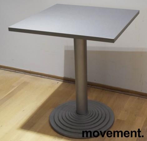Lite, kvadratisk kantinebord / loungebord, 60x60cm grå laminatplate, grå fot, 73cm høyde, pent brukt bilde 1