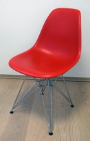 Vitra DSR besøksstol i rødt, Design: Charles & Ray Eames, brukt med noe slitasje/riper i skall