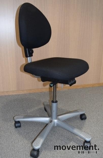 HÅG H04 4000 Credo kontorstol med sort stofftrekk, alugrått fotkryss, pent brukt bilde 1