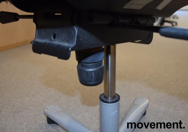 HÅG H04 4000 Credo kontorstol med sort stofftrekk, alugrått fotkryss, pent brukt bilde 3