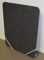 Bordskillevegg i mørkegrått, med metallfester i hvitt, 80x66cm, pent brukt