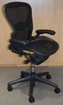 Kontorstol: Herman Miller Aeron i sortgrå mesh, Størrelse Small (1 prikk), korsryggstøtte/armlener, pent brukt