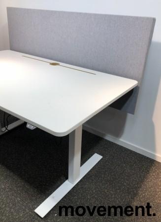 Skrivebord med elektrisk hevsenk i hvitt fra Horreds, 140x80cm, skillevegg i grått stoff, pent brukt bilde 3